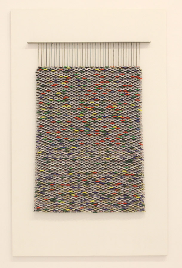 Serie Beber con los ojos. Tapiz. 2010. Ensamblaje de chapas de refrescp engarzadas en acero sobre madera. 144 cm x 90 cm