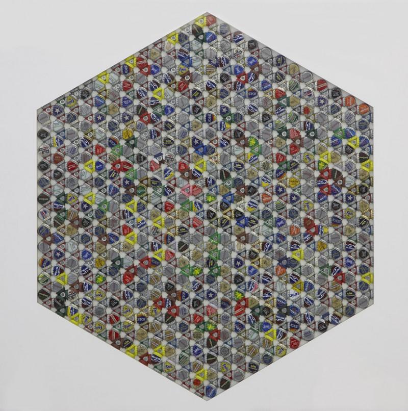 Serie Beber con los ojos. Cubo en 2 dimensiones 2008. Ensamblaje de chapitas de refresco sobre madera.. 99 x 99 cm