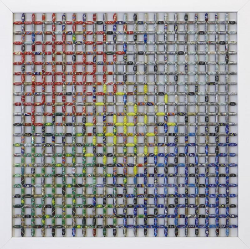 Publicidad solapada. 2010. Ensamblaje de chaopas de refresco y estructura de acero. 73 x 73 cm