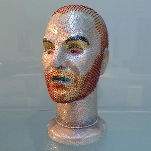 Arlequín. 1998. Cabeza de maniquií cubierta de lentejuelas y abalorios. 32 x 19 x 15 cm.